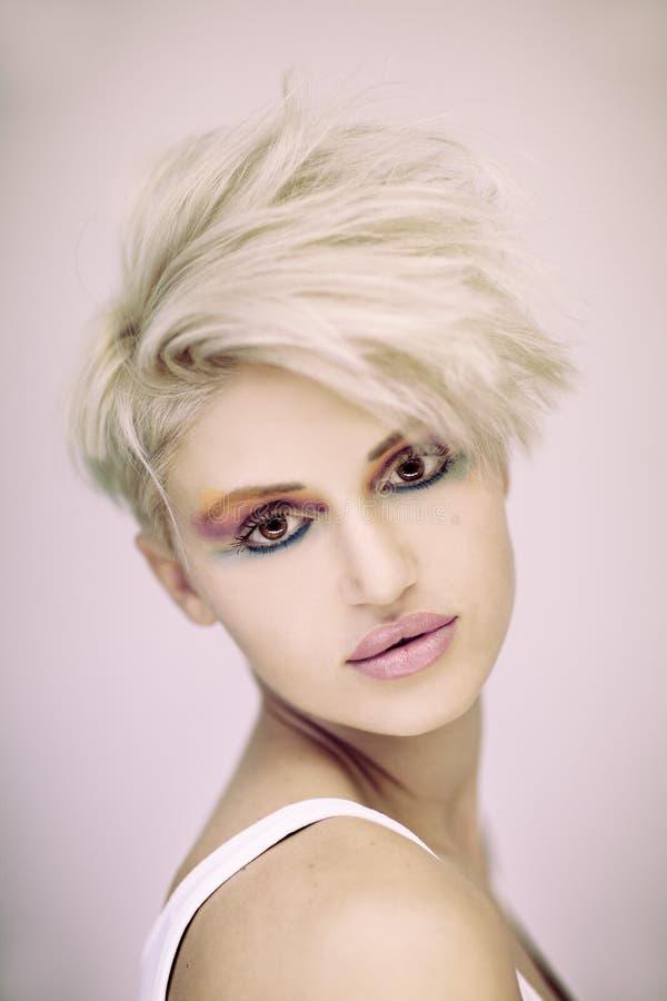 Vrouw van het manier omhoog maakt de mooie blonde met kort kapsel en kleurrijk stock afbeelding