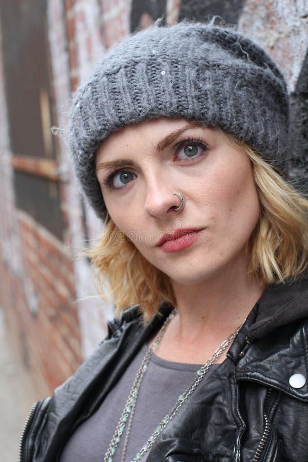 Vrouw van het portret de boze blonde op stedelijke koele achtergrond royalty-vrije stock foto's