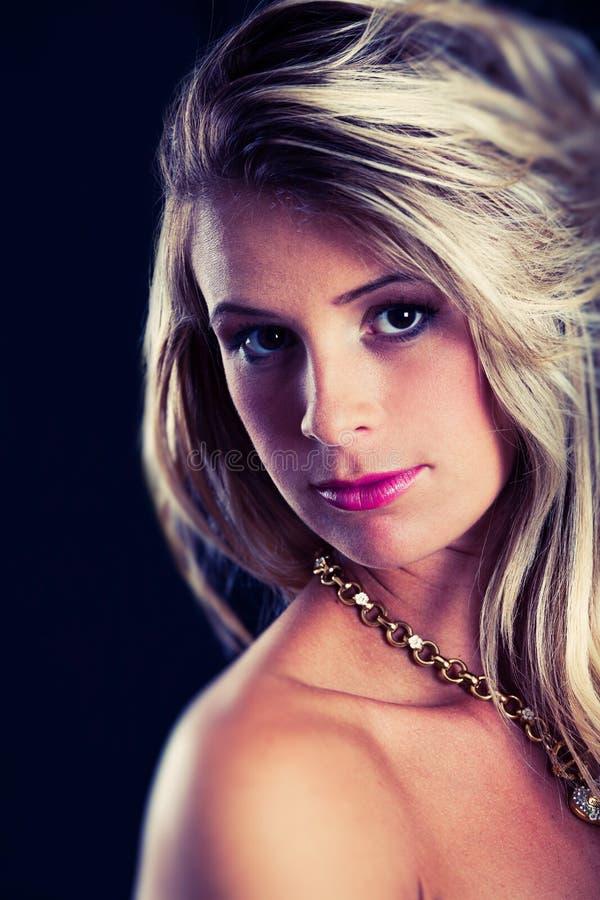 Vrouw van het portret de jonge blonde haar, elegante luxe Donkere en zwarte achtergrond royalty-vrije stock afbeelding