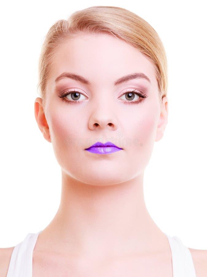 Vrouw van het portret de mooie blonde meisje met violette lippen. Creatieve make-up. royalty-vrije stock afbeeldingen