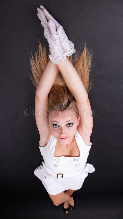 Vrouw van het portret de mooie blonde in witte handschoenen royalty-vrije stock foto