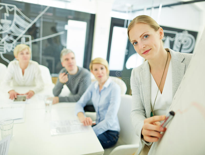 Vrouw van het raadplegen van bedrijf die presentatie geven stock foto
