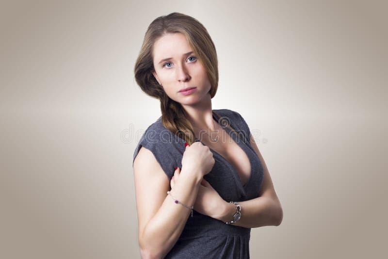 Vrouw van het sensualiteit de mooie blonde met manier en elegante kleding royalty-vrije stock fotografie