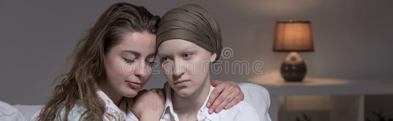 Vrouw van vrienden de ondersteunende kanker stock foto