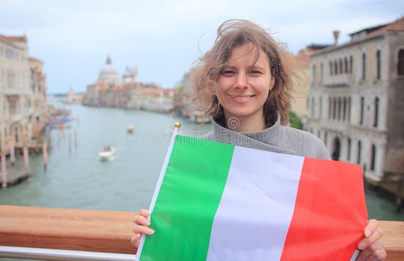 Vrouw in Venetië met Italiaanse vlag Gelukkig meisje op grote kanaalachtergrond Vrouw in Venezia, Italië royalty-vrije stock foto
