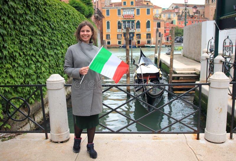 Vrouw in Veneti?, Itali? Meisje die in Europa reizen Het meisje bezoekt Venetië Vrouw met het Italiaanse vlag stellen voor foto stock afbeelding