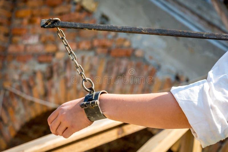 Vrouw verbindend in sluitingen bij een festival van middeleeuwse culture_ stock afbeelding
