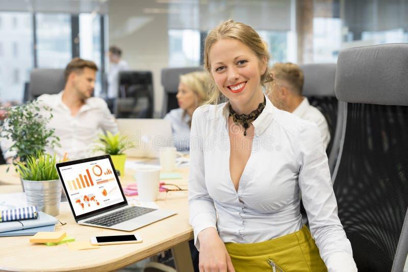 Vrouw in vergadering die aan grafiek werken stock afbeeldingen