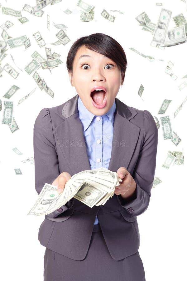 Vrouw verrast gezicht met dalend geld stock fotografie