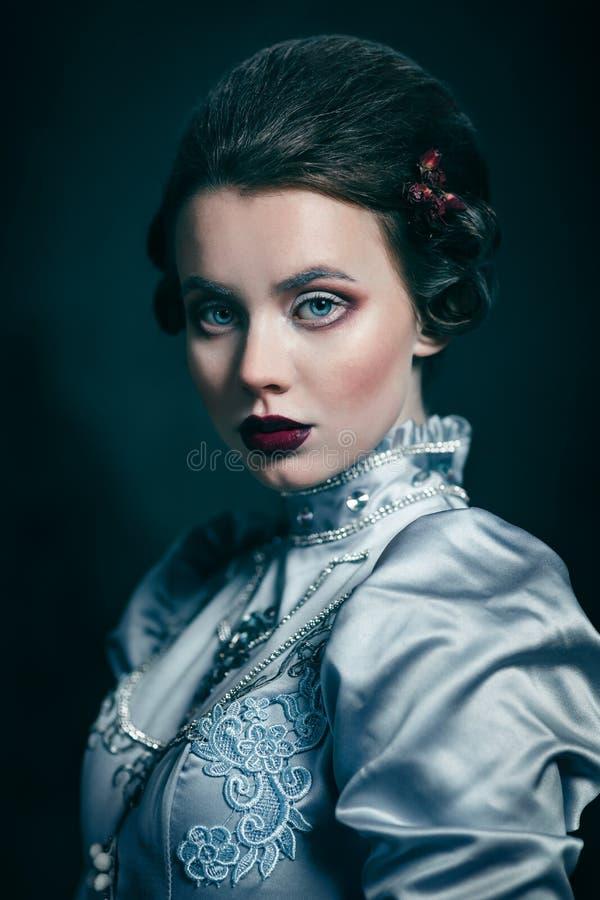 Vrouw in Victoriaanse kleding royalty-vrije stock afbeeldingen