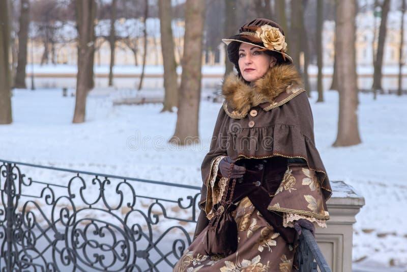 Vrouw in Victoriaanse kleren stock afbeelding