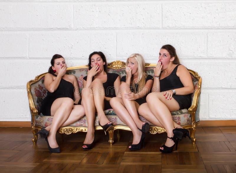Vrouw vier die op bank geeuwen royalty-vrije stock afbeeldingen