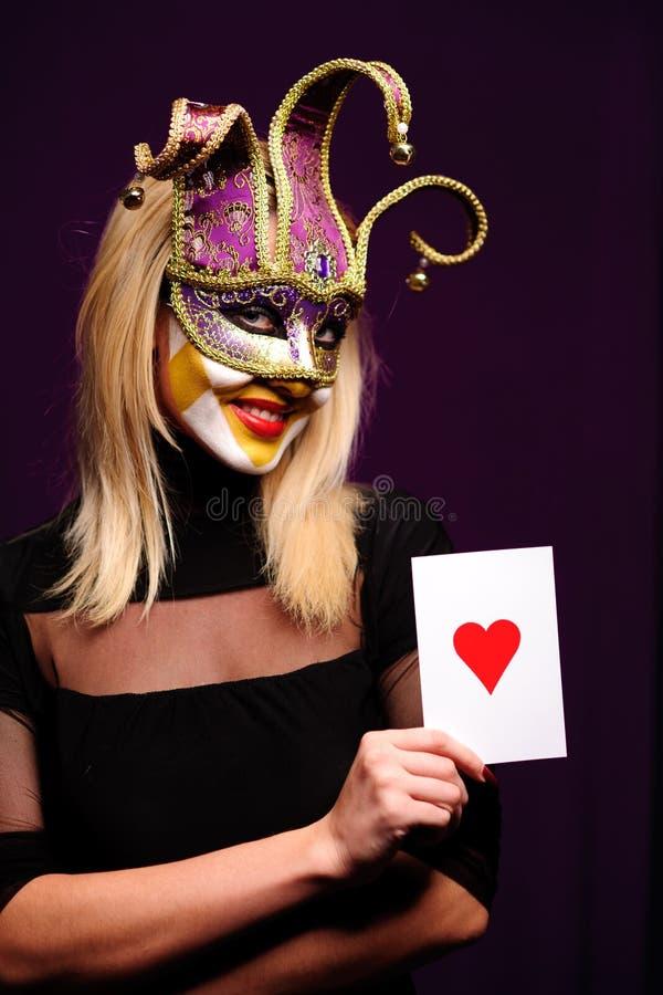 Vrouw in violet masker stock foto's