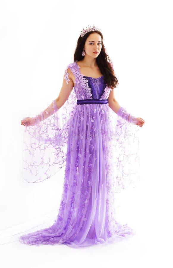 Vrouw in violette kleding stock fotografie