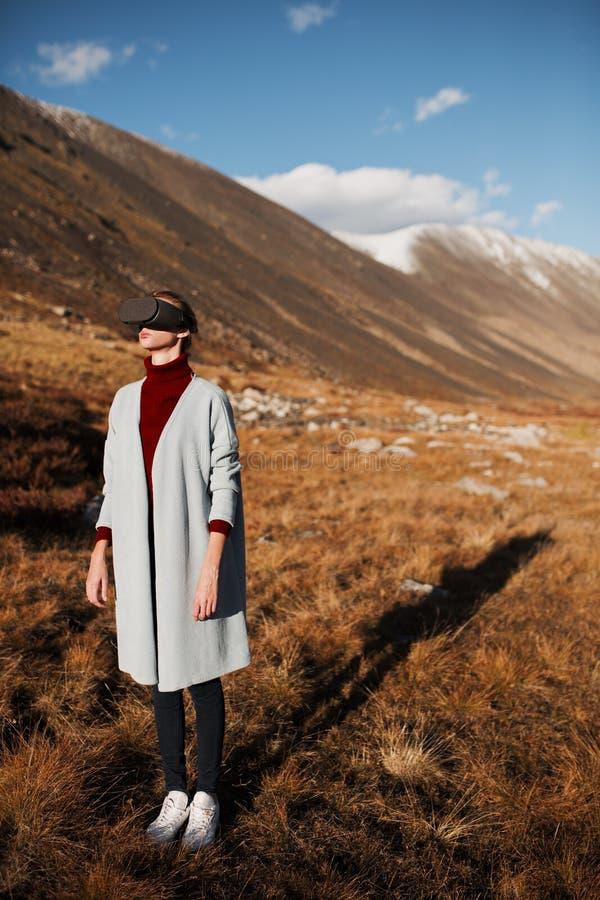 Vrouw in virtuele werkelijkheid Het landschap van de berg royalty-vrije stock foto's