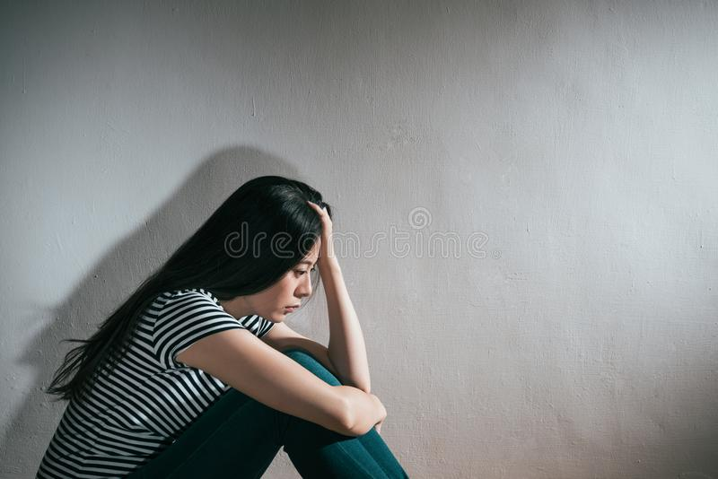Vrouw voelen gedeprimeerd op witte achtergrond royalty-vrije stock foto's