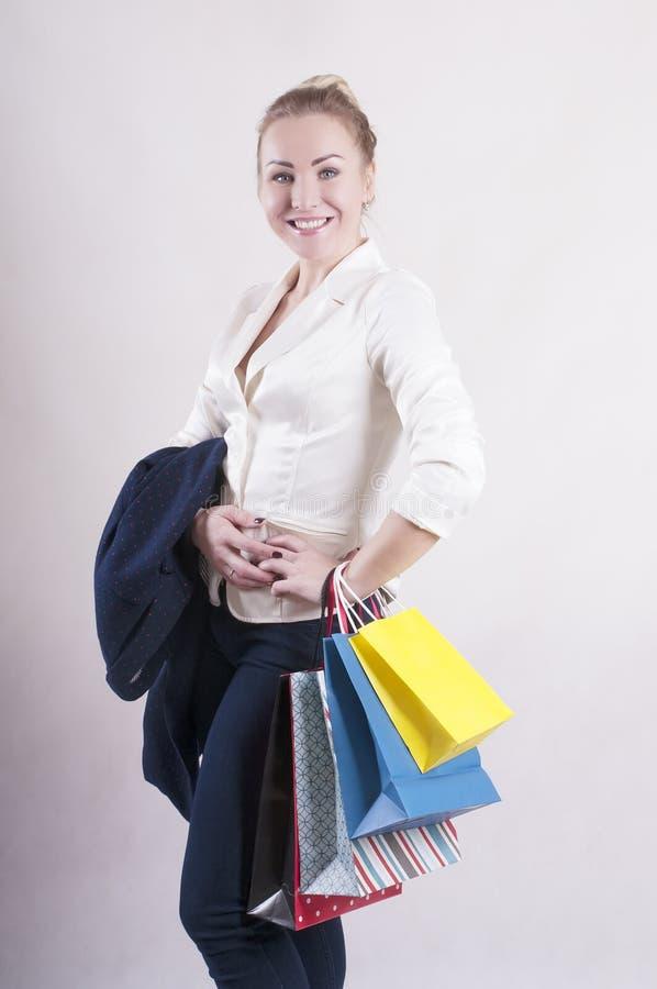 Vrouw volwassen het winkelen zakstudio stock afbeeldingen