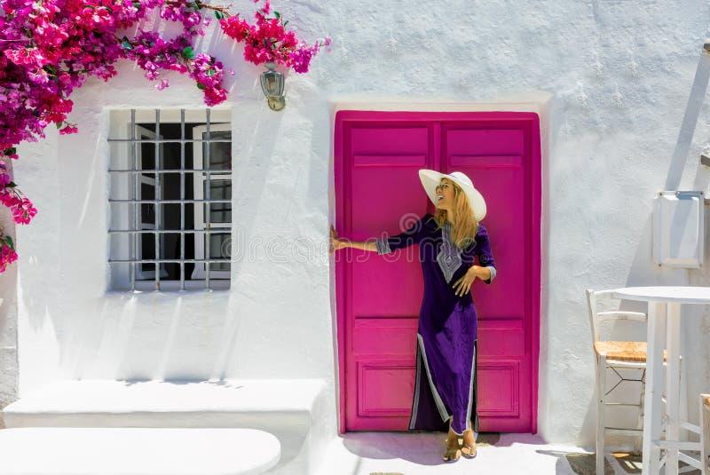 Vrouw voor een traditioneel cylcadic huis in Paros, Griekenland stock afbeelding