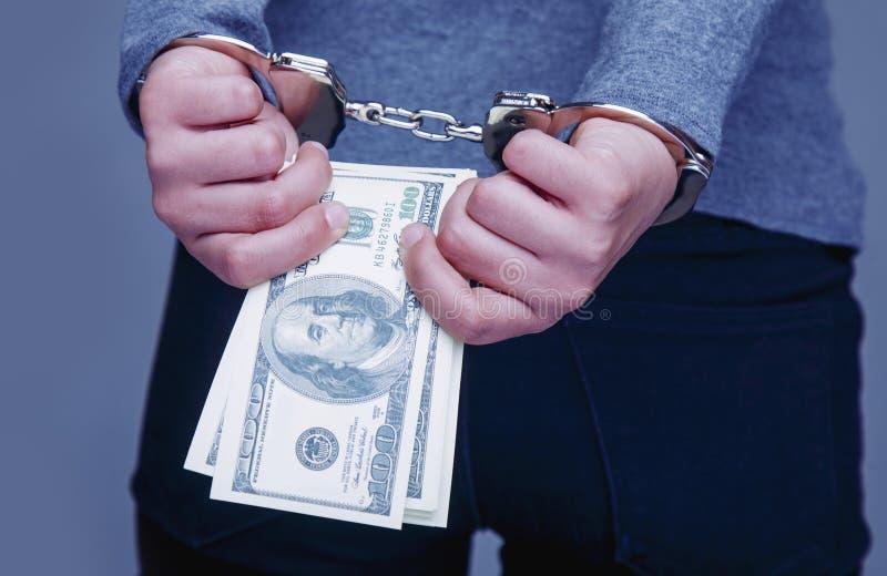 Vrouw voor haar misdaden de handboeien om:doen die royalty-vrije stock afbeelding