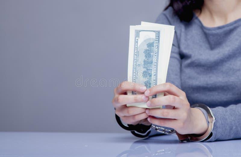 Vrouw voor haar misdaden de handboeien om:doen die De corruptie, steekpenning, rechtvaardigheid bedriegt stock afbeelding