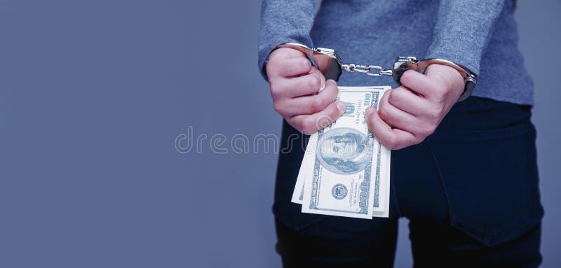 Vrouw voor haar misdaden de handboeien om:doen die De corruptie, steekpenning, rechtvaardigheid bedriegt royalty-vrije stock foto's