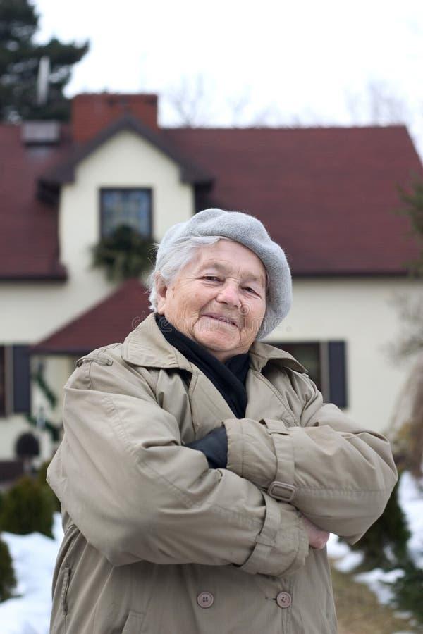 Vrouw voor het huis royalty-vrije stock foto's