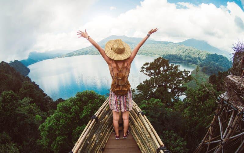 Vrouw vrij voelen reizend de wereld stock afbeelding