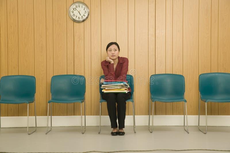 Vrouw in Wachtkamer royalty-vrije stock foto