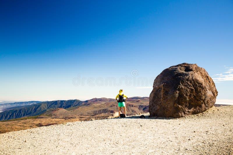 Vrouw wandeling het beklimmen in bergen in Spanje royalty-vrije stock afbeeldingen
