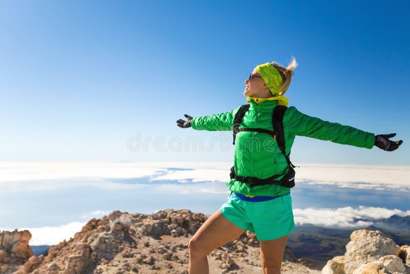 Vrouw wandelingssucces die op bergbovenkant beklimmen stock afbeeldingen