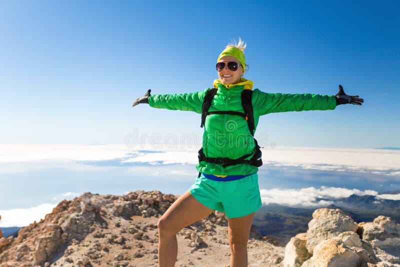 Vrouw wandelingssucces op bergbovenkant royalty-vrije stock afbeelding