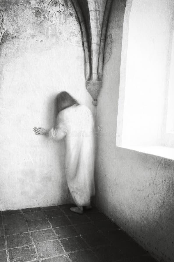 Vrouw in wanhoop in oude kliniek voor geesteszieken royalty-vrije stock fotografie