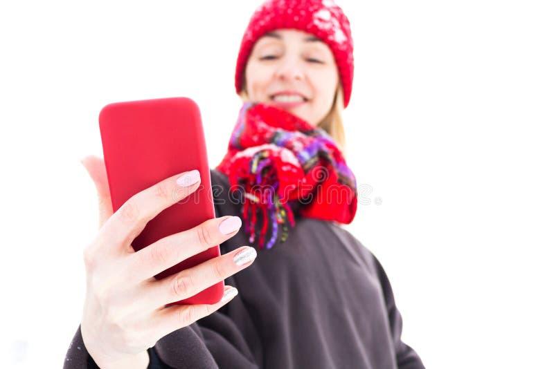Vrouw in warme Dingen met Mobiel in Handen Het concept van de winter royalty-vrije stock foto's