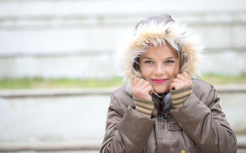 Vrouw in warme zachte kleren openlucht in een de winterdag royalty-vrije stock fotografie