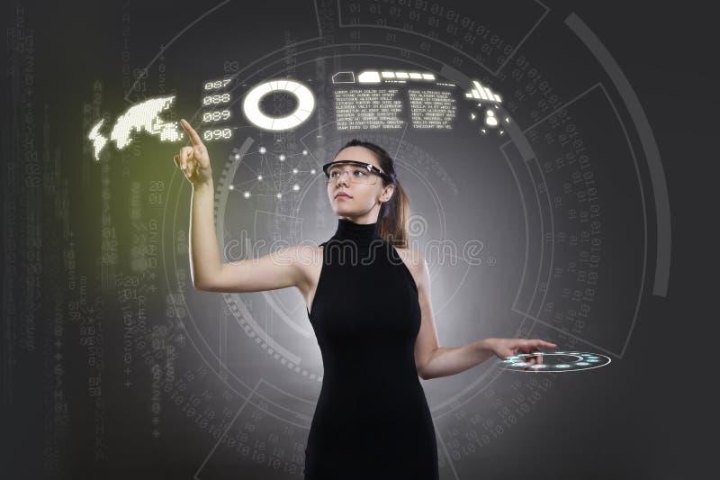 Vrouw wat betreft de virtuele toekomstige interface stock afbeeldingen