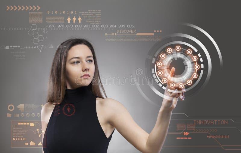 Vrouw wat betreft de virtuele toekomstige interface royalty-vrije stock foto