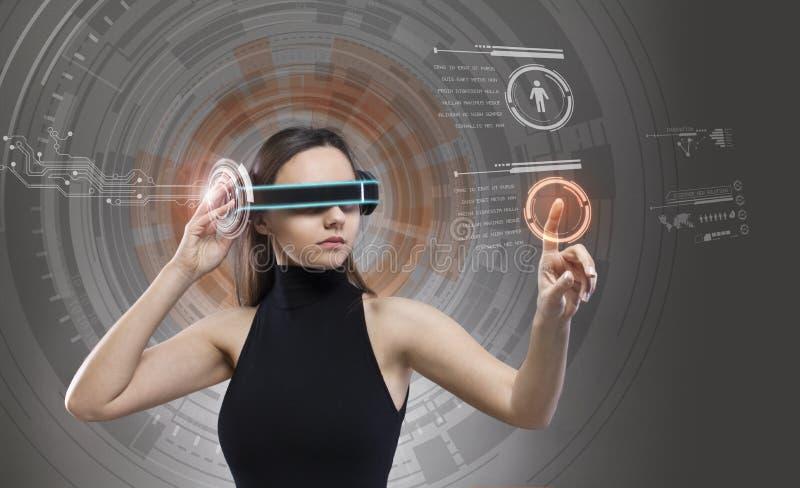 Vrouw wat betreft de virtuele toekomstige interface stock afbeelding