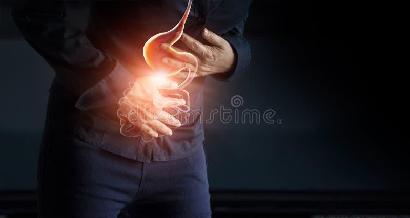 Vrouw wat betreft maag het pijnlijke lijden aan maagpijn stock fotografie