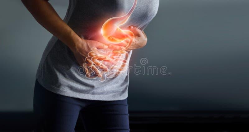 Vrouw wat betreft maag pijnlijk van stomachach royalty-vrije stock foto's