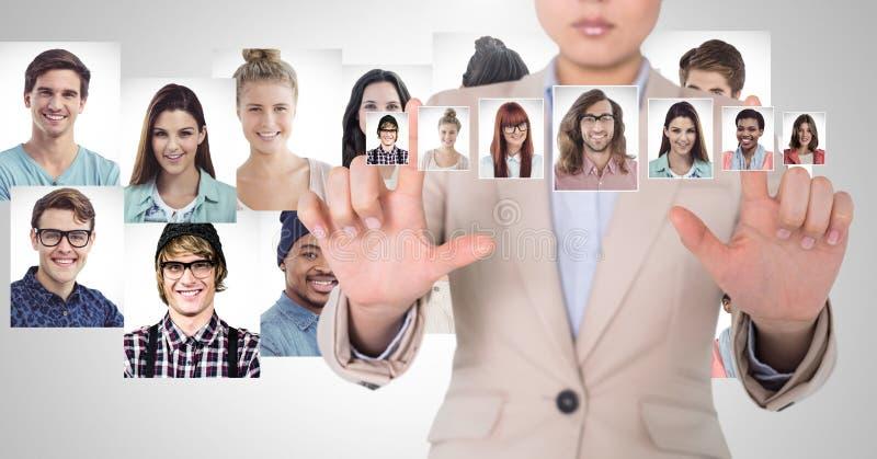 Vrouw wat betreft portretprofielen van verschillende mensen stock foto