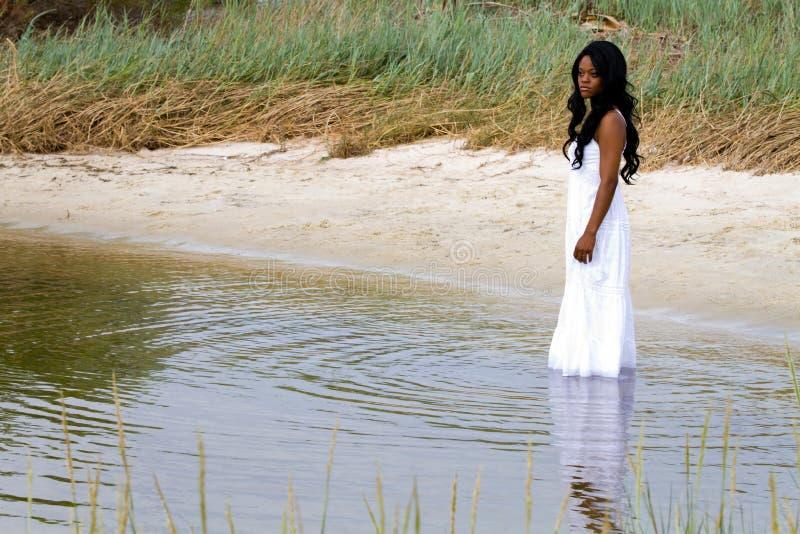 Vrouw in Water stock fotografie