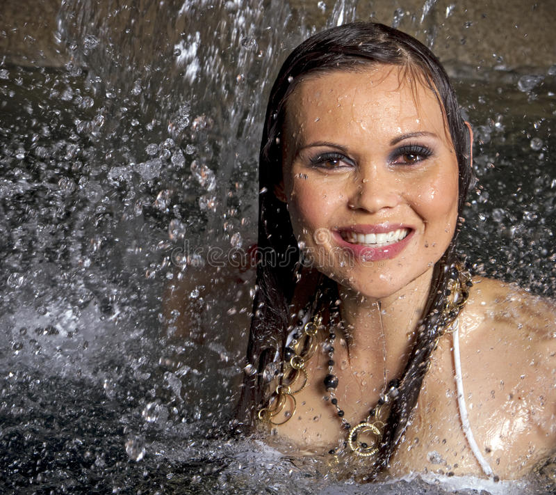Vrouw in waterval stock foto's