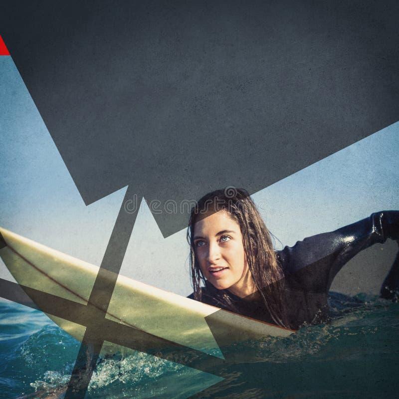 vrouw in wetsuit met een surfplank op een zonnige dag royalty-vrije stock foto