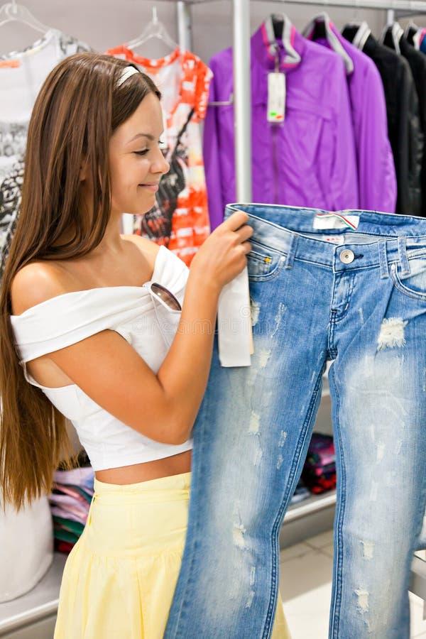 Vrouw in winkel stock fotografie