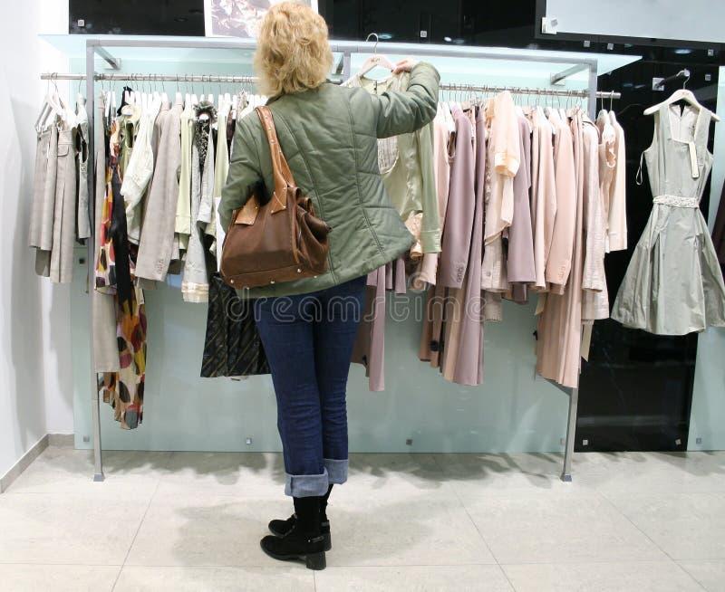 Vrouw in winkel royalty-vrije stock afbeelding