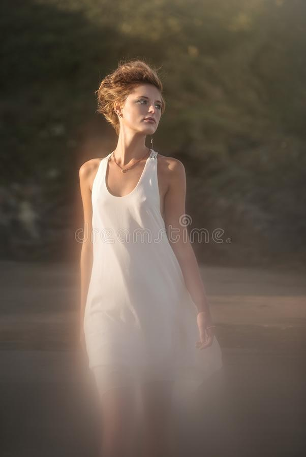 Vrouw in wit stock afbeeldingen