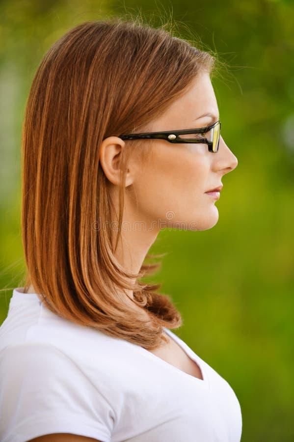 Vrouw in witte blouse, profiel royalty-vrije stock fotografie