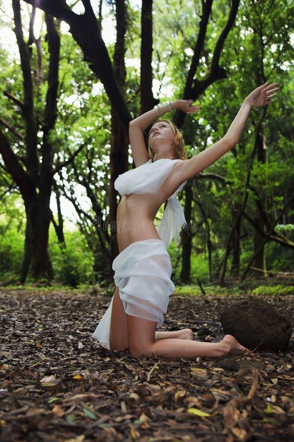 Vrouw in witte chiffon stock afbeelding