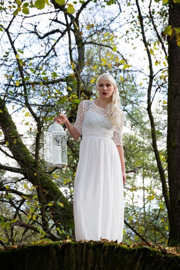 Vrouw in witte kleding en een lantaarn royalty-vrije stock afbeeldingen
