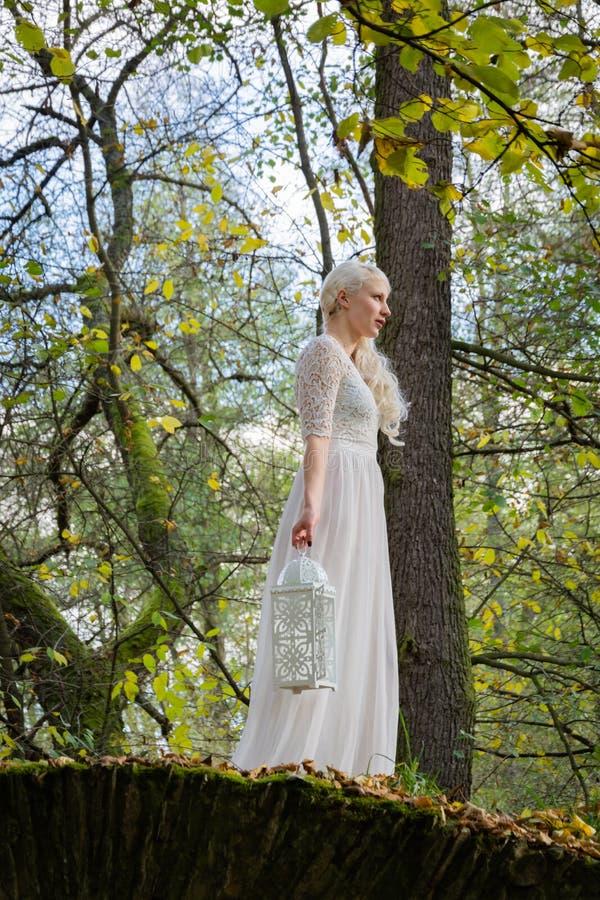 Vrouw in witte kleding en een lantaarn royalty-vrije stock afbeelding